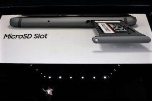 I nuovi Samsung Galaxy S7 e S7 Edge danno la possibilità di espandere la loro memoria con una scheda MicroSD (LLUIS GENE/AFP/Getty Images)